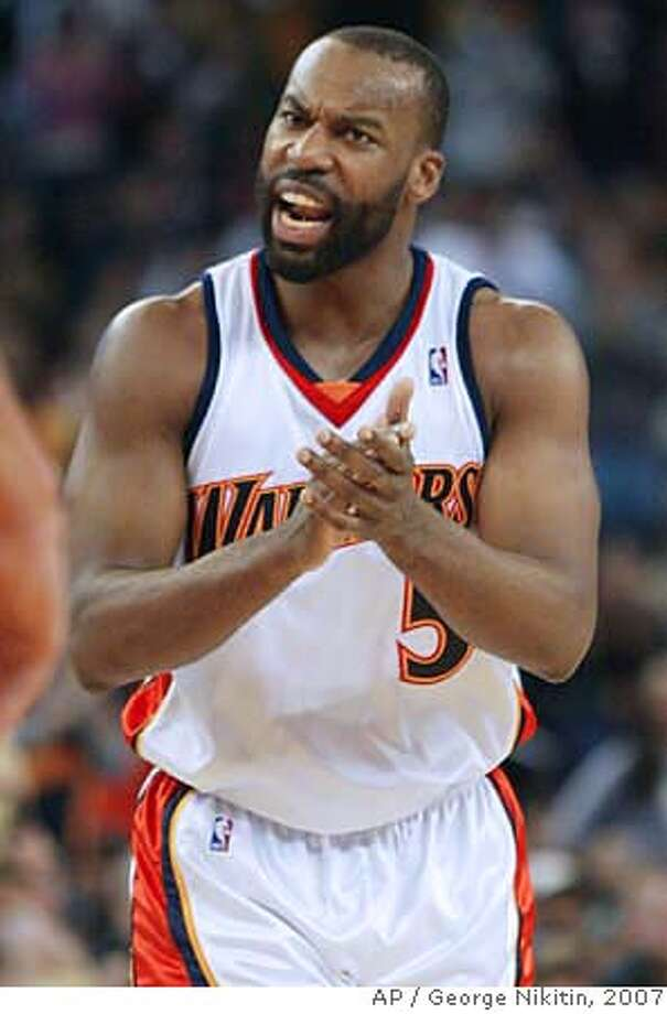 Golden State Warriors Baron Davis reacts after the Warriors scored a basket against the Denver Nuggets in the first half of an NBA basketball game, Friday, Dec. 28, 2007 in Oakland, Calif. (AP Photo/George Nikitin) EFE OUT Photo: George Nikitin