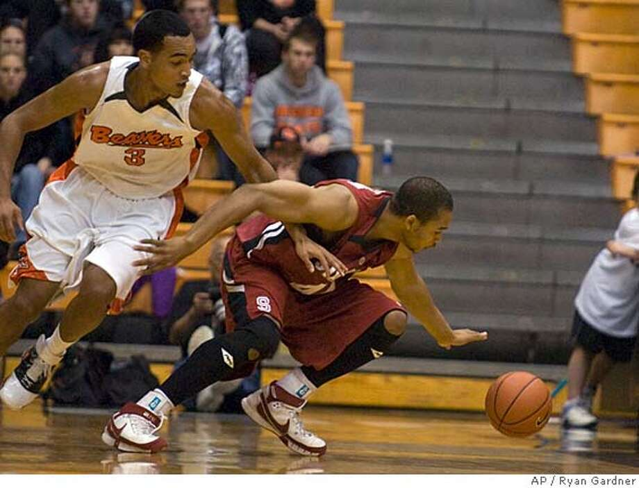 Oregon State's Marcel Jones (3), left and No. 23 Stanford's Fred Washington reach for a loose ball during the first half of college basketball action Corvallis, Ore., Thursday, Jan. 10, 2008. (AP Photo/Ryan Gardner) EFE OUT Photo: Ryan Gardner