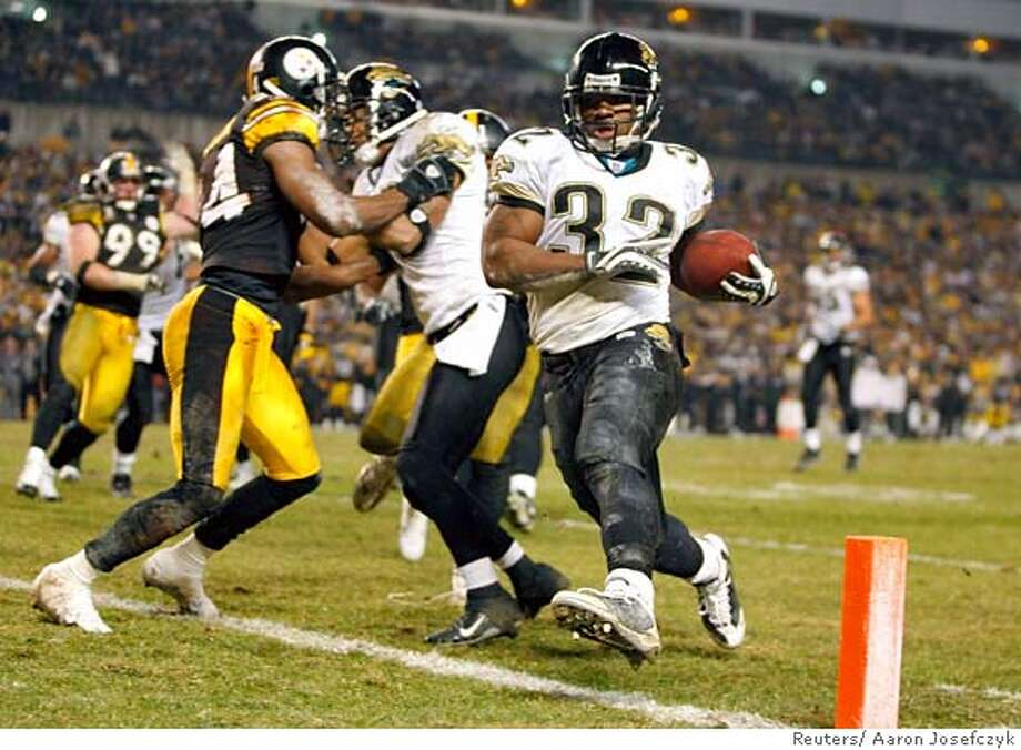 Jacksonville Jaguars Maurice Jones-Drew (R) scores a touchdown against the Pittsburgh Steelers in the third quarter during their AFC Wild Card NFL playoff football game in Pittsburgh, January 5, 2008. REUTERS/Aaron Josefczyk (UNITED STATES) Photo: AARON JOSEFCZYK