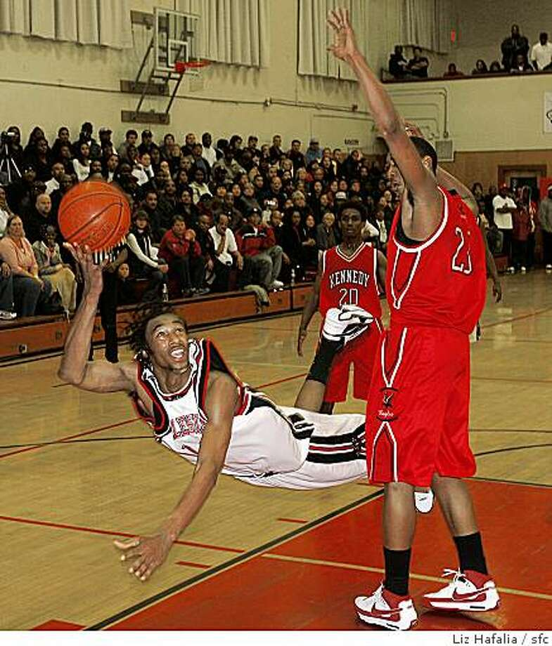 SALESIAN05_088_LH.JPG Boys high school basketball.Kennedy-Richmond at Salesian High School.Salesians' Desmond Simmons makes a pass during the second half with Kennedy's Jonathon Williams blocking.Liz Hafalia/The Chronicle/Richmond/1/5/08**Desmond Simmons, Jonathon Williams   cq Photo: Liz Hafalia, Sfc