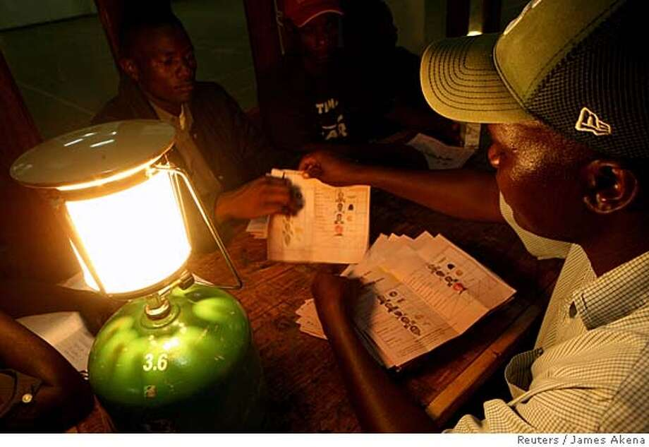 Election officials counts votes using pressure lamps in Kisumu December 27, 2007. Kenyans voted on Thursday in a presidential election preceded by violence, tainted by allegations of rigging and likely to be the closest in more than four decades since independence from Britain. REUTERS/James Akena (KENYA) 0 Photo: JAMES AKENA