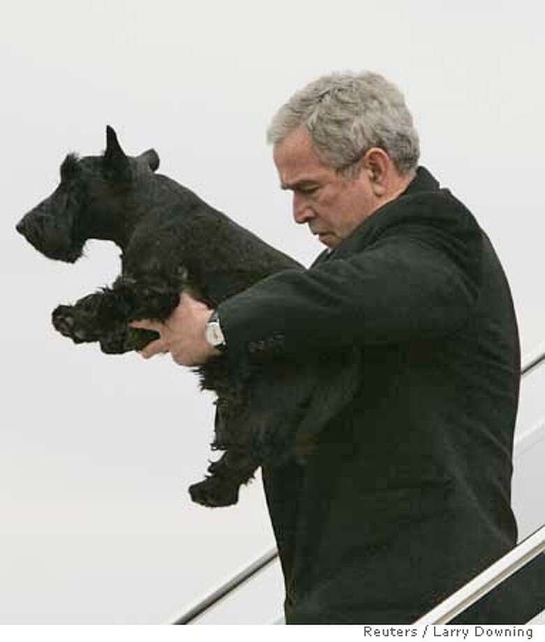 U.S. President George W. Bush holds his dog Barney after arriving at TSTC in Waco, Texas, December 26, 2007. REUTERS/Larry Downing (UNITED STATES) 0 Photo: LARRY DOWNING