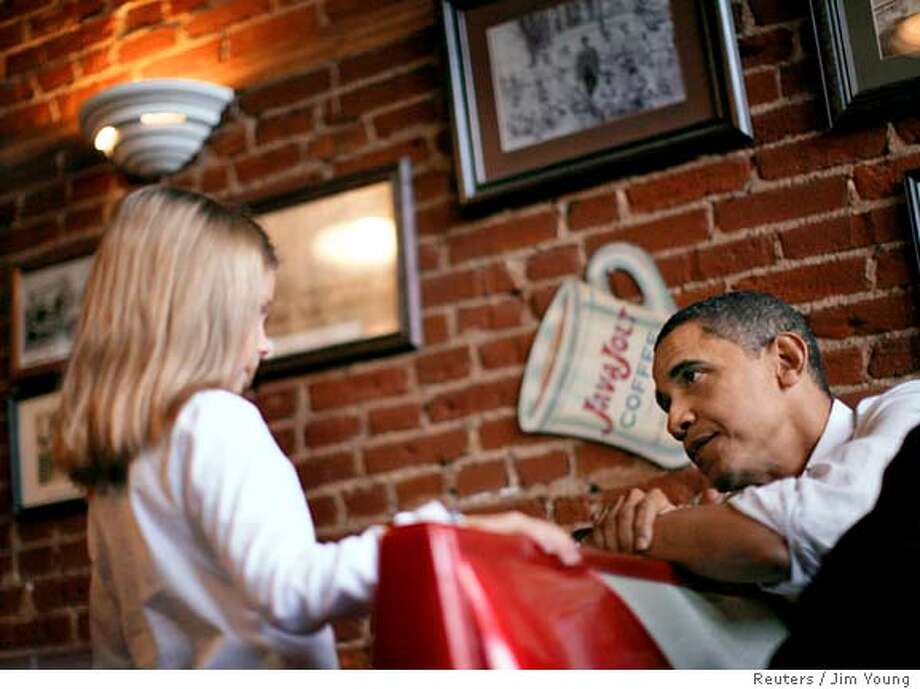 Democratic presidential candidate U.S. Senator Barack Obama (D-IL) speaks to a little girl during a campaign stop in a coffee shop in Pleasantville, Iowa December 22, 2007. REUTERS/Jim Young (UNITED STATES) Photo: JIM YOUNG