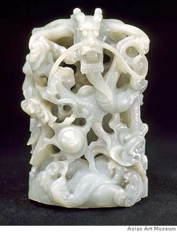 Dragon ornament, Late Qing dynasty (1644-1911) or early Republic period (1912 -). Nephrite. The Avery Brundage Collection, B60J63 Photo: Courtesy Asian Art Museum