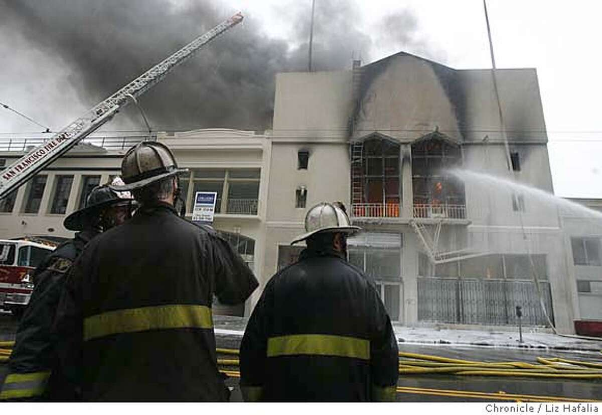 FIRE_039_LH.JPG Fire at 1133 Mission St. that started around 7:00am. Liz Hafalia/The Chronicle/San Francisco/12/19/07 ** cq