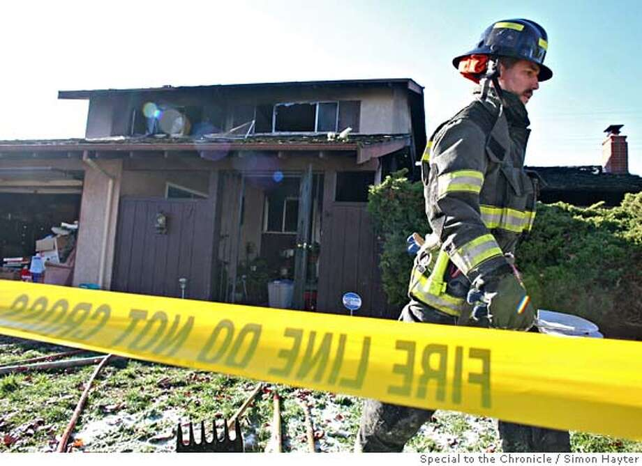 122007.jpg  Vallejo Fire and Police departments on the scene of a fatal house fire in Vallejo on December 20th, 2007. The blaze, which took the lives of three people including an infant, is being treated as suspicious.  VALLEJO_FIRE  By SIMON HAYTER/SPECIAL TO THE CHRONICLE Photo: Simon Hayter
