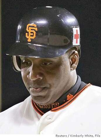 San Francisco Giants Barry Bonds looks down after striking out off San Diego Padres Rudy Seanez in San Francisco, California, in this September 12, 2005 file photo. Bonds was indicted on perjury and obstruction of justice charges, according to media reports on November 15, 2007. REUTERS/Kimberly White/Files (UNITED STATES) Photo: KIMBERLY WHITE