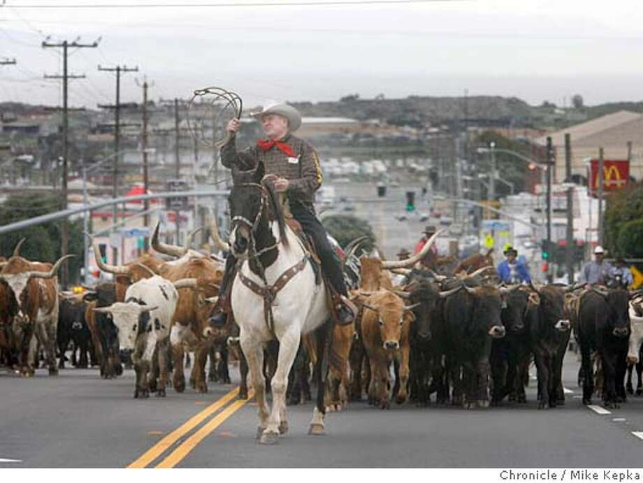 cattledrive089_mk.JPG A cattle drive up the center of Geneva Avenue in San Francisco kicks of the start of the Grand National Rodeo at the Cow Palace.  Mike Kepka / The Chronicle MANDATORY CREDIT FOR PHOTOG AND SF CHRONICLE/ -MAGS OUT Photo: Mike Kepka