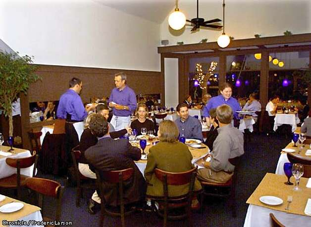 : The Cobalt Resturant, 1707 Powell St, which used to be the Washington Square Bar and Grill. Dick Fredulia on Pianio and Vince Gomez on bass play in the front dinning room during dinner hours. Chronicle photo by Frederic Larson Photo: FREDERIC LARSON