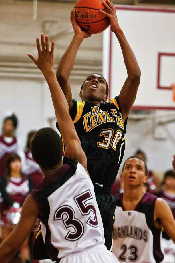 East Central's Evan White goes up for a shot over Highlands' Shaquille Murray on Jan. 27. White scored 26 points in an 83-81 victory at Corpus Christi Carroll on Friday, moving the Hornets into a tie with Carroll for the 28-5A lead and giving the Tigers their third loss of the season. Photo: Marvin Pfeiffer, Prime Time Newspapers / Prime Time Newspapers 2012