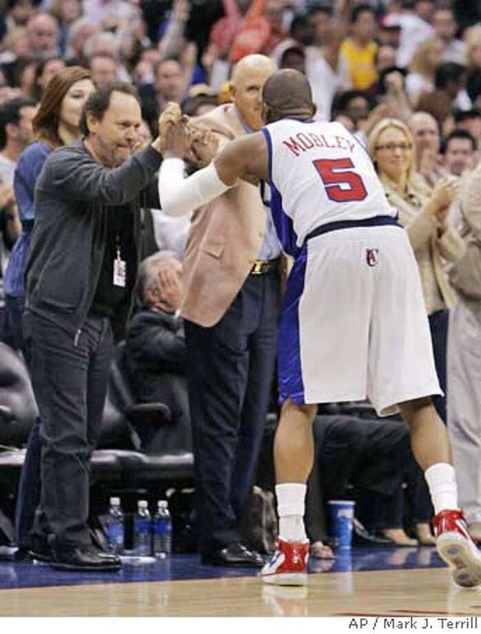 Los Angeles Clippers' Cuttino Mobley (5) is congratulated by actor Billy Crystal, left, after the Clippers defeated the Los Angeles Lakers 90-82 in an NBA basketball game Wednesday, April 4, 2007, in Los Angeles. (AP Photo/Mark J. Terrill) EFE OUT Photo: Mark J. Terrill