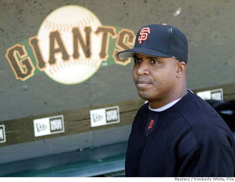 San Francisco Giants' Barry Bonds stands in the dugout before a MLB baseball game against the San Diego Padres in San Francisco, California, July 20, 2006. U.S. prosecutors kept up pressure on Bonds by subpoenaing his personal trainer to appear before a grand jury next week but did not return an anticipated indictment against the baseball slugger. REUTERS/Kimberly White (UNITED STATES) Photo: KIMBERLY WHITE