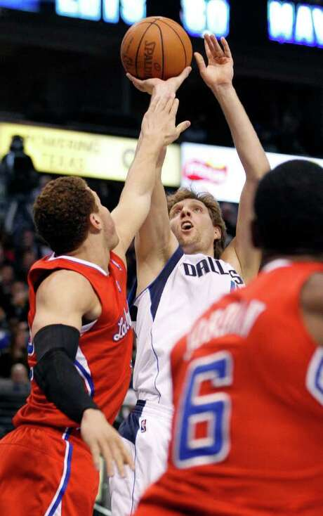 Forward Dirk Nowitzki (center) had 22 points as the Mavericks edged the Los Angeles Clippers 96-92 in Dallas on Monday. Photo: LM Otero / AP