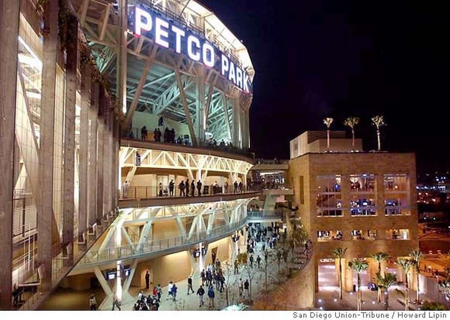 4/3/2004: Crowds enter Park. HOWARD LIPIN | The San Diego Union-Tribune Howard Lipin  UTI0587364