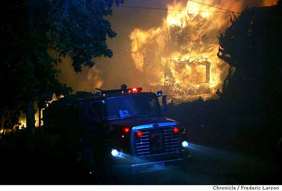 OAKHILLS FIRE/C/20OCT91/MN/FL - SIX ALARM FIRE IN THE OAKLAND HILLS. THE FLAMES FROM THE FIRESTORM BURNED DOWN NEIGHBORHOODS IN THE OAKLAND HILLS. PHOTO BY FRED LARSON Photo: FRED LARSON