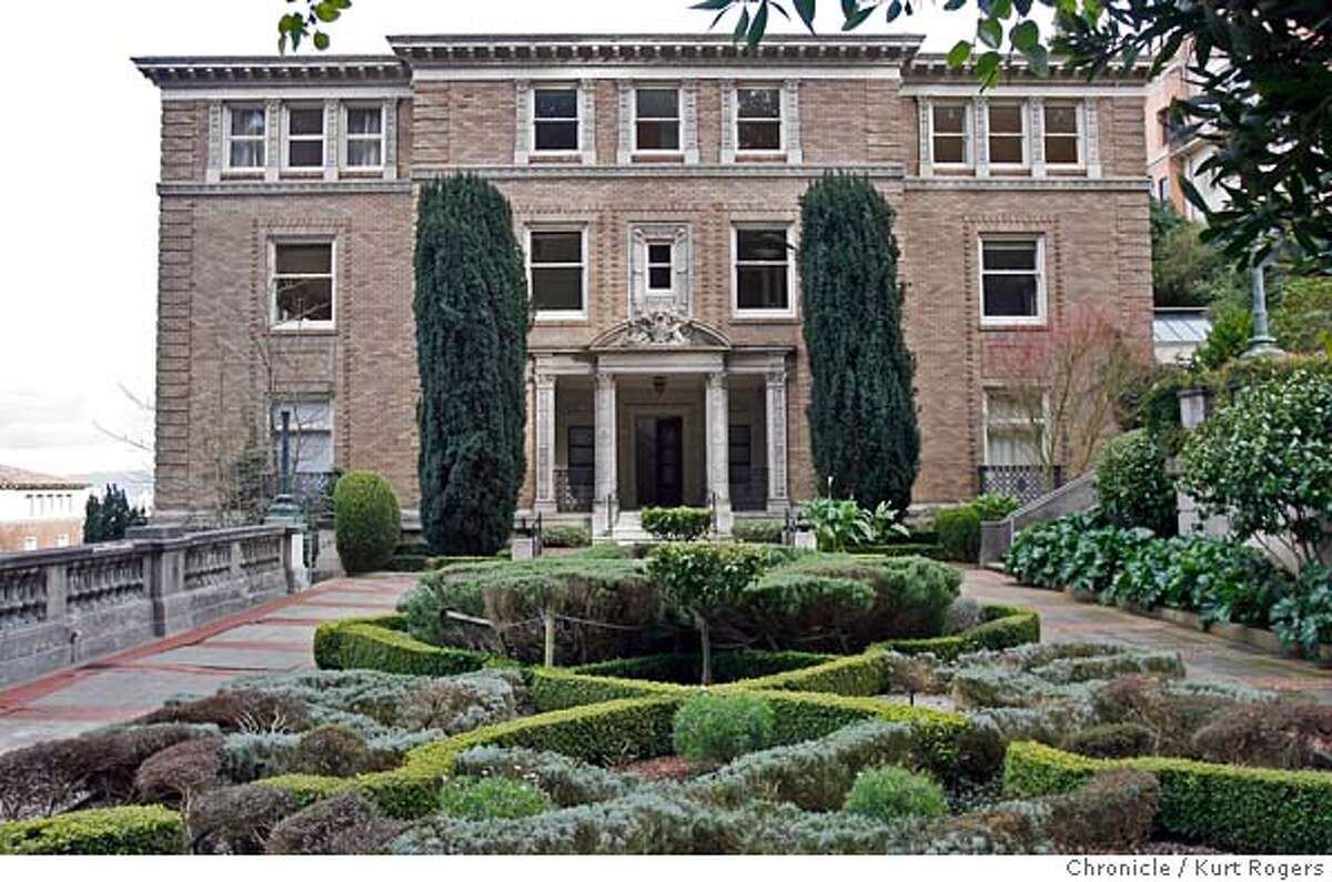 In 2006, Senator Dianne Feinstein and her husband Richard Blum purchased a new home for $16.5 million at the corner of Lyon and Vallejo Streets in San Francisco.