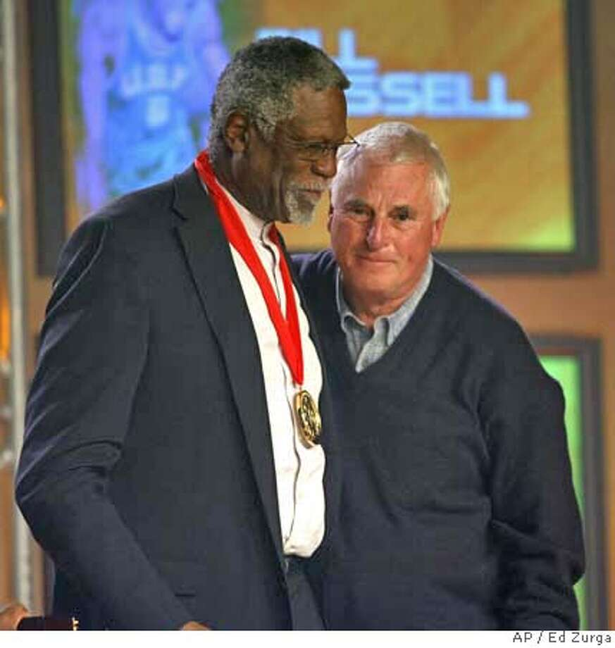Texas Tech head basketball coach Bobby Knight, right, introduces Bill Russell as Russell is inducted into the National Collegiate Basketball Hall of Fame Sunday, Nov. 19, 2006, in Kansas City, Mo. The event sponsored by the National Association of Basketball Coaches also saw the induction of Dr. James Naismith, Oscar Robertson, Dean Smith and John Wooden. (AP Photo/Ed Zurga)) EFE OUT Photo: ED ZURGA