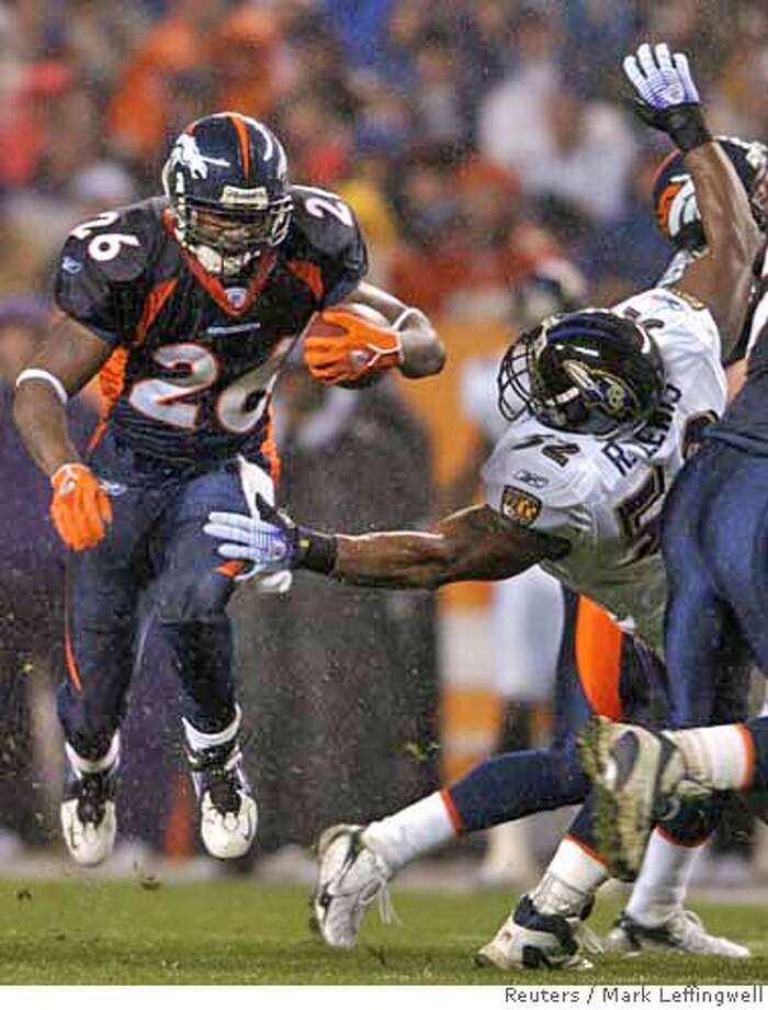Denver Broncos running back Tatum Bell (L) runs past Baltimore Ravens linebacker Ray Lewis (R) in the second quarter of their NFL football game in Denver, Colorado October 9, 2006. REUTERS/Mark Leffingwell (UNITED STATES) Photo: MARK LEFFINGWELL