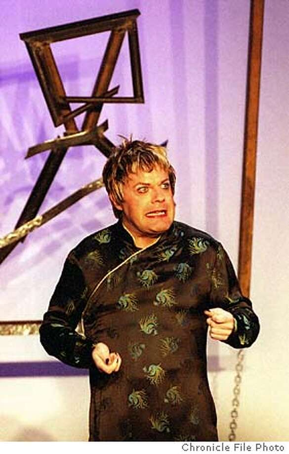 """IZZARD2/C/7AUG98/DD/RW British comic Eddie Izzard, who describes himself as a tomboyish transvestite, performs in """"Dress to Kill"""" at the Cable Car Theater. BY ROBIN WEINER/THE CHRONICLE Photo: ROBIN WEINER"""