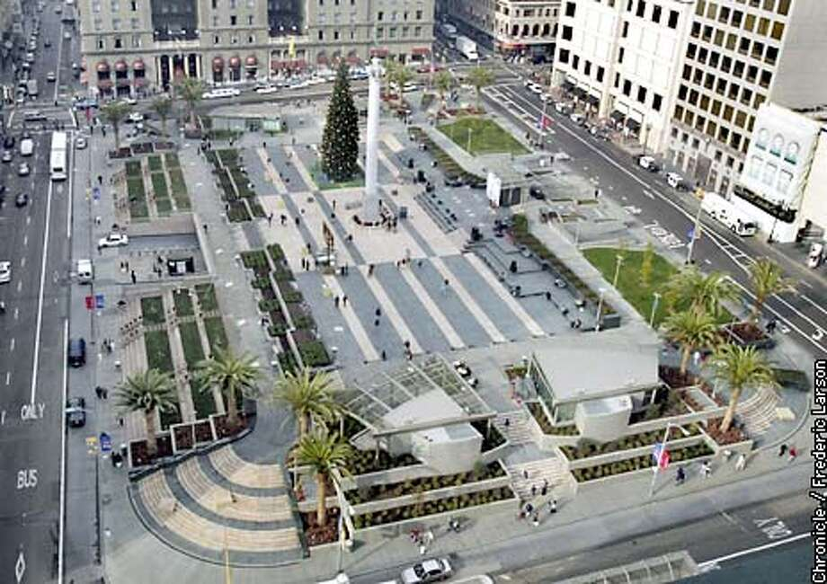 UNION30-C-29NOV02-MT-FRL: San Francisco Union Square in festive urban glory. This an URBAN DESIGN update on how the newly designed square is doing. what works, what doesn't, how does it feel. Chronicle Photo by Frederic Larson Photo: FREDERIC LARSON