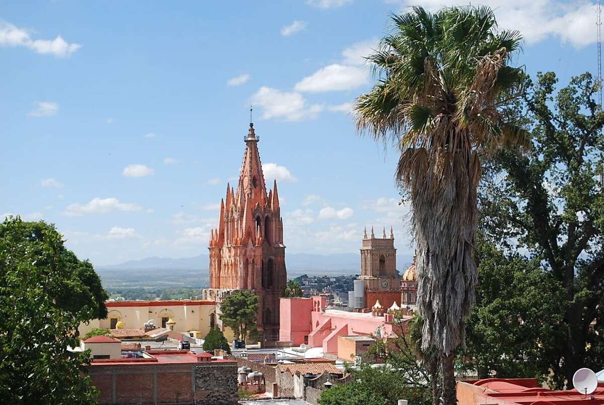 The Parroqu a de San Miguel Arcangel dominates the historic center.