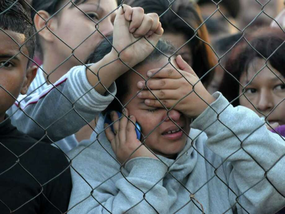 Parientes de reclusos esperan por noticias afuera de la prisión de Comayagua, en Honduras, el miércoles 15 de febrero de 2012, después de un incendio que dejó cientos de muertos. Photo: ORLANDO SIERRA / AFP