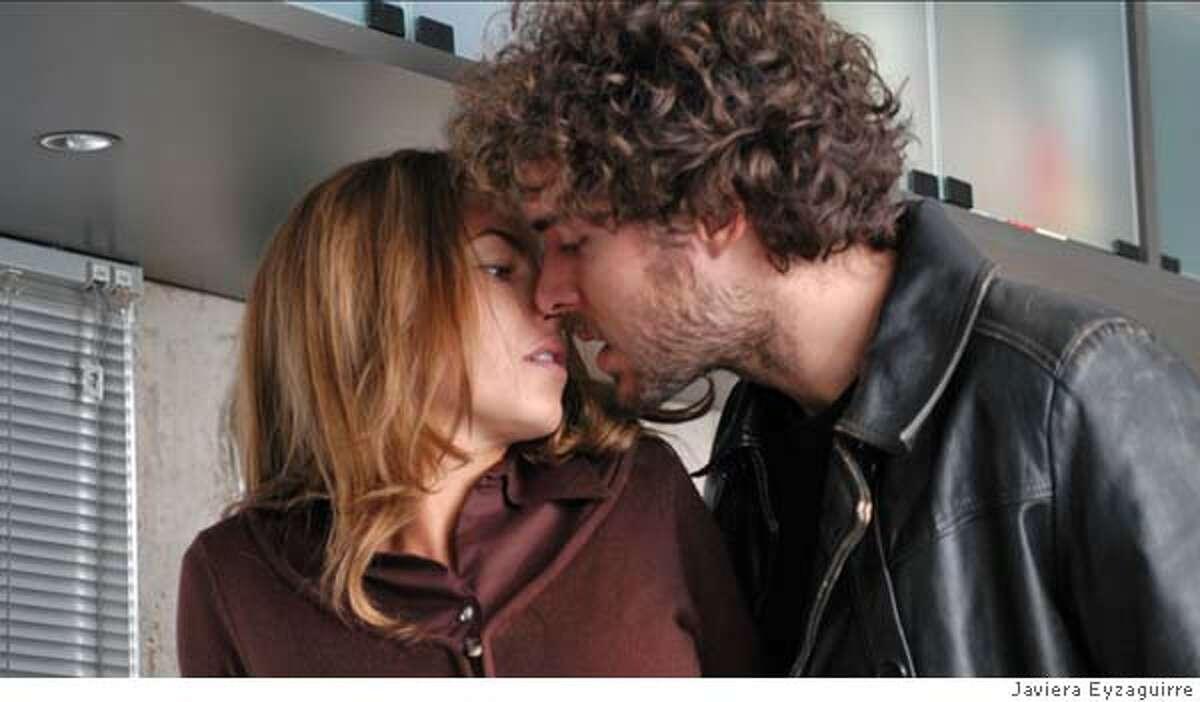 Zoe (Barbara Mori) and Gonzalo (Manolo Cardona) in LA MUJER DE MI HERMANO. Photo credit: Javiera Eyzaguirre