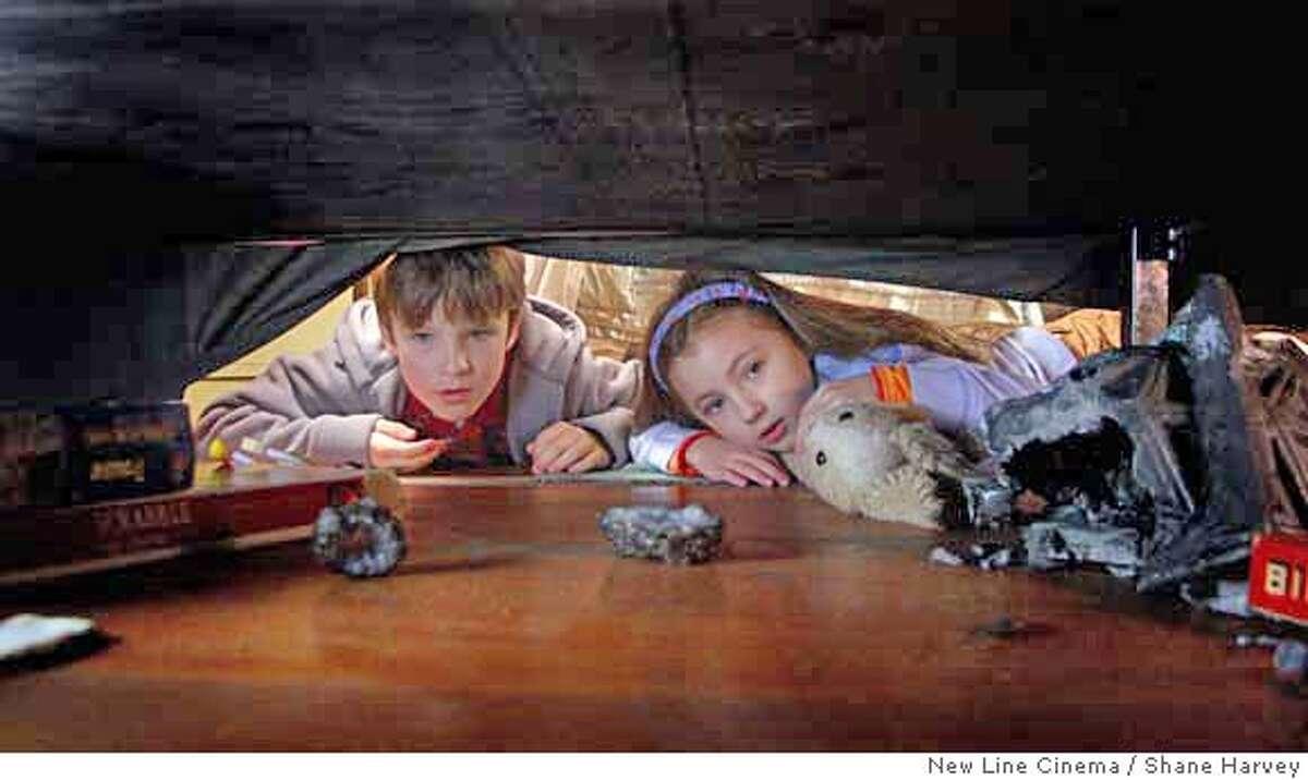 DF-4597F � Chris O�Neil (left) stars as �Noah Wilder� and Rhiannon Leigh Wryn (right) stars as �Emma Wilder� in New Line Cinema�s release of Bob Shaye�s THE LAST MIMZY. Photo �2007 Shane Harvey/New Line Cinema