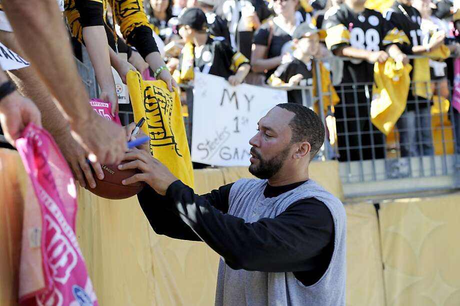 Pittsburgh Steelers quarterback Charlie Batch signs autographs before a football game against the Tennessee Titans Sunday, Oct. 9, 2011 in Pittsburgh.(AP Photo/Don Wright) Photo: Don Wright, Associated Press