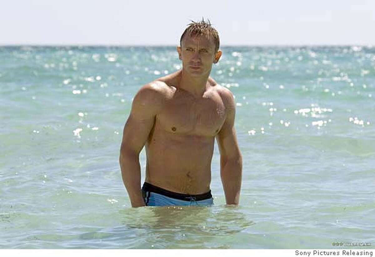 CR_00755_3 - Albert R. Broccoli�s EON Productions presents Daniel Craig as James Bond in the 007 action adventure CASINO ROYALE, from Metro-Goldwyn Mayer Pictures and Columbia Pictures through Sony Pictures Releasing. Ran on: 11-12-2006
