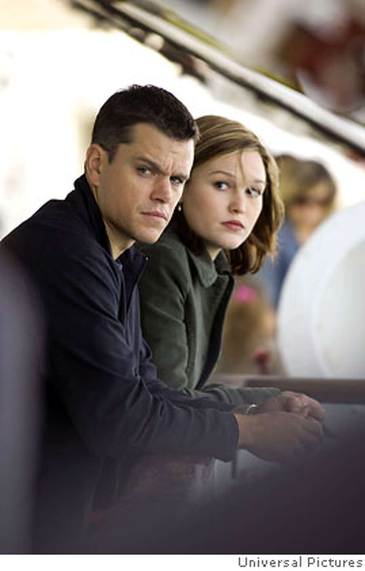 � Jason Bourne (MATT DAMON) and CIA agent Nicky Parsons (JULIA STILES) on the run in the espionage thriller that takes Bourne back home: ?The Bourne Ultimatum?.