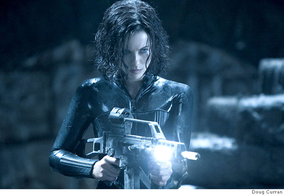 UNDERWORLD EVOLUTION (JANUARY 20, 2006)  UW2-053 (DF-16373) - Kate Beckinsale stars as Selene in Underworld: Evolution. KATE BECKINSALE stars as SELENE in UNDERWORLD: EVOLUTION SCREEN GEMS INC  Photo Credit: Doug Curran Photo: Doug Curran