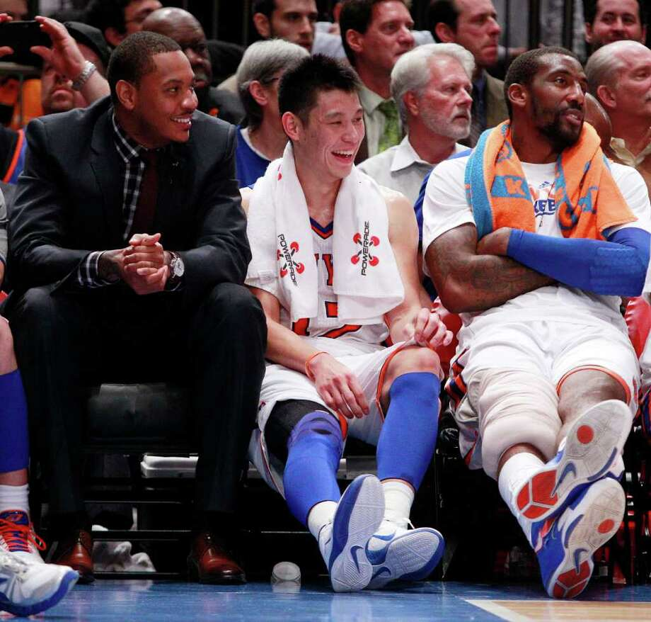 Jeremy Lin (center) take a seat among fellow Knicks stars Carmelo Anthony (left) and Amare Stoudemire during their game against Sacramento on Wednesday. Photo: AP