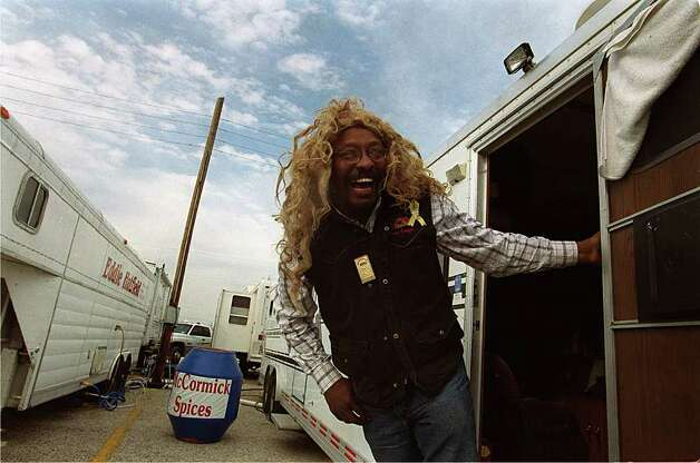 Rodeo clown Leon Coffee swings out from his trailer to get a smile from a security guard across the way. Coffee was preparing his props and costumes on Feb. 1, 2001. Photo: Anita Baca, San Antonio Express-News File Photo / en