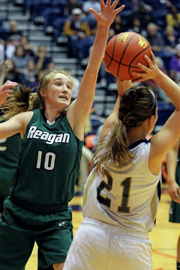 Reagan guard Wendy Knight keeps pressure on the ball as the Rattler girls play O'Connor in playoff action at the UTSA Convocation Center on Thursday, Feb. 16, 2012. Photo: TOM REEL, San Antonio Express-News / San Antonio Express-News
