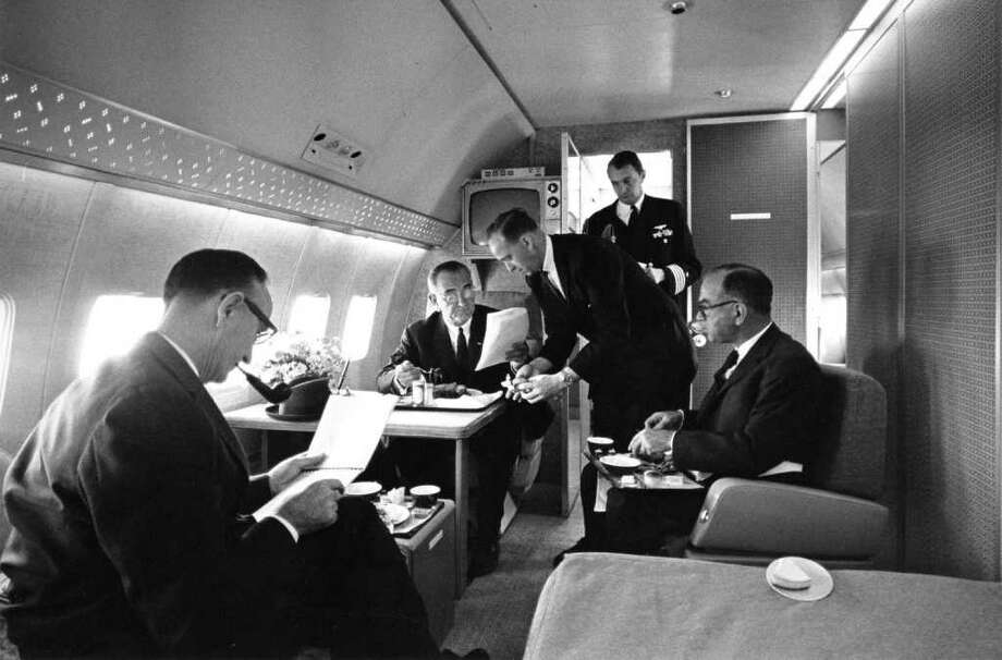 President Lyndon B. Johnson in the presidential bedroom aboard the Boeing VC-137C SAM 26000. From left to right are Sen. Mike Mansfield, President Johnson, Chief Master Sgt. Paul Glynn, U.S. Navy Aide Capt. Beach and Sen. J. William Fulbright. Photo: U.S. Air Force