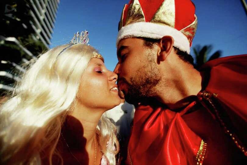 RIO DE JANEIRO, BRAZIL - FEBRUARY 18:  Brazilian revelers kiss during Carnival celebrations along Ip