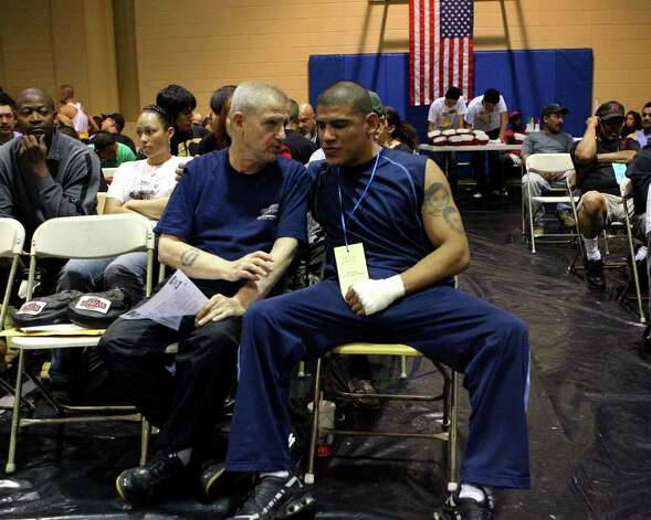 San Antonio boxing fixture and legend Joe Souza (L) speaks with boxer Louie Padilla on Wednesday February 20, 2008. John DAVENPORT /STAFF Photo: JOHN DAVENPORT, SAN ANTONIO EXPRESS-NEWS / SAN ANTONIO EXPRESS-NEWS
