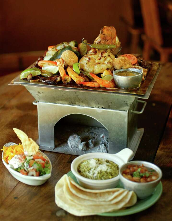 A fajita platter at El Tiempo Photo: Mayra Beltran / Houston Chronicle