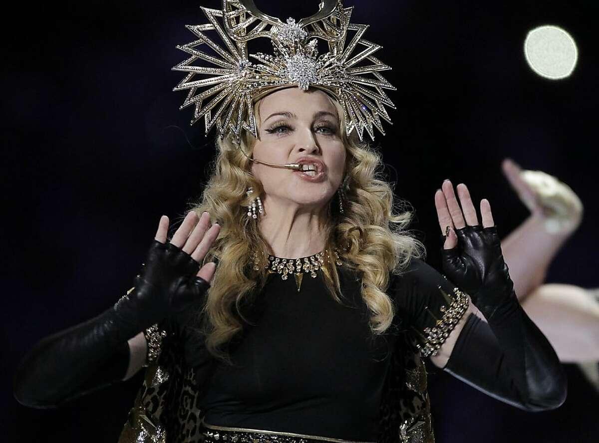 Madonna durante el espectáculo de medio tiempo del Super Bowl XLVI entre los Giants de Nueva York y los Patriots de Nueva Inglatera en una fotografía del 5 de febrero de 2012. Madonna dijo el viernes 10 de febrero que está molesta por el gesto obsceno que hizo M.I.A durante el espectáculo. (Foto AP/Chris O'Meara)