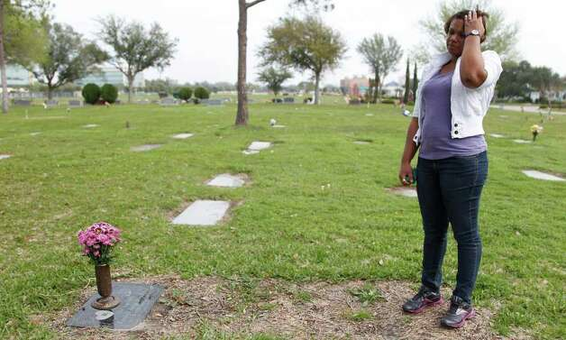 Kenya Stradford visits the grave of daughter Kendyll Anya Stradford at Forest Park Cemetery. Photo: Mayra Beltran, Houston Chronicle / © 2012 Houston Chronicle