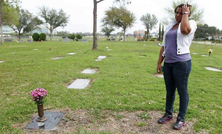 Kenya Stradford visits the grave of daughter Kendyll Anya Stradford at Forest Park Cemetery. Photo: Mayra Beltran, Houston Chronicle / © 2012 Houston Chronicle