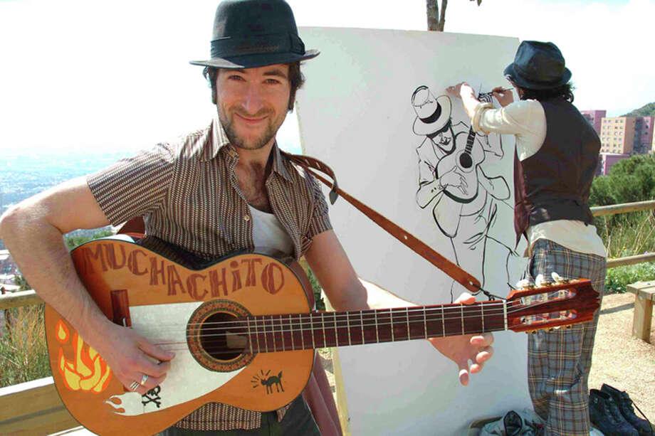 Muchachito, izq., se presenta por primera vez en Texas junto a su amigo y pintor Santos de Veracruz. Photo: Cindy Byram PR