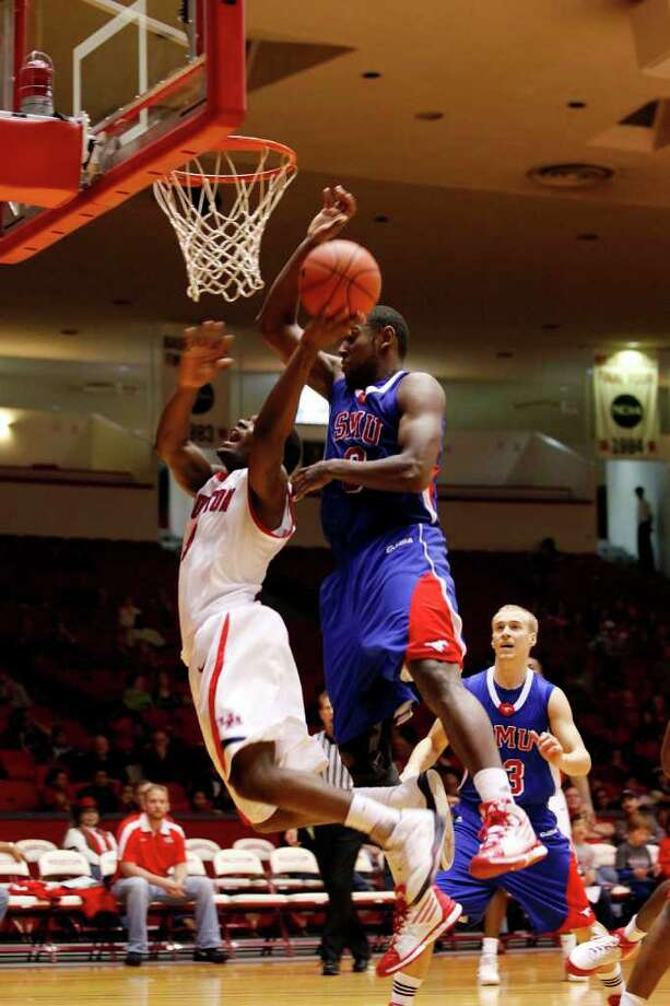 Houston guard J.J. Thompson, 3, puts up a layup during the second half of an NCAA men's basketball game between the University of Houston Cougars and the Southern Methodist University Mustangs, Saturday, February 25, 2012, at Hofheinz Pavilion in Houston, Texas.  Photo: TODD SPOTH, For The Chronicle / © TODD SPOTH, 2012