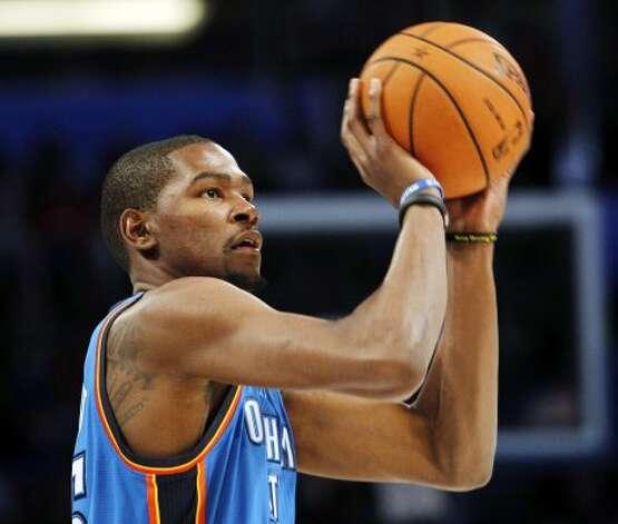 Oklahoma City Thunder's Kevin Durant shootss during the NBA All-Star Three-Point Shootout basketball competition in Orlando, Fla., Saturday, Feb. 25, 2012. (AP Photo/Lynne Sladky) (AP) / SA