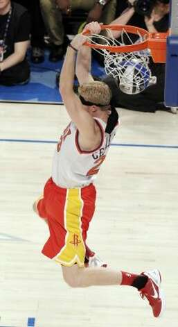 Houston Rockets' Chase Budinger finishes a blindfolded dunk in honor of former Phoenix Suns' Cedric Ceballos, who performed a blindfolded dunk in 1992, during the NBA basketball All-Star Slam Dunk contest, Saturday, Feb. 25, 2012, in Orlando, Fla. (AP Photo/Chris O'Meara) (AP) / SA