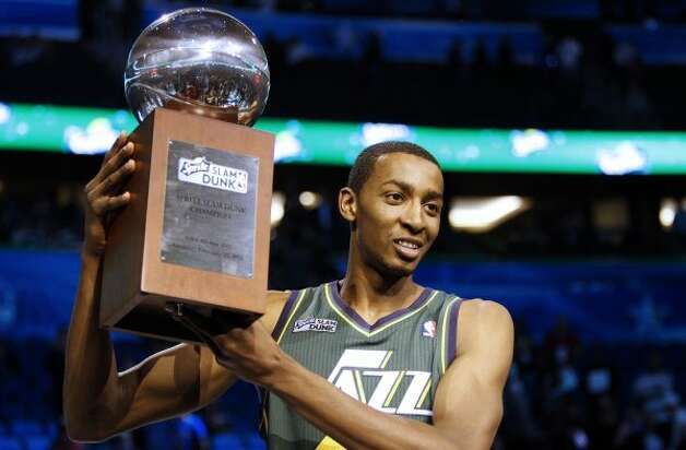 Utah Jazz's Jeremy Evans holds up the trophy after winning the NBA basketball All-Star Slam Dunk contest, Saturday, Feb. 25, 2012, in Orlando, Fla. (AP Photo/Lynne Sladky) (AP) / SA