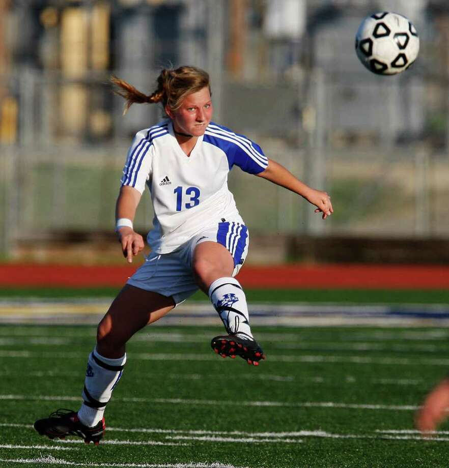 Alamo Heights midfielder Elisabeth Uhl — seen here during a 2010 game against New Braunfels Canyon — figured in six of her team's nine goals during District 54-4A victories over Kerrville Tivy (6-0) and Boerne Champion (3-1). She had four assists against Tivy, and scored and assisted on goals against Champion. Photo: KIN MAN HUI, San Antonio Express-News / kmhui@express-news.net