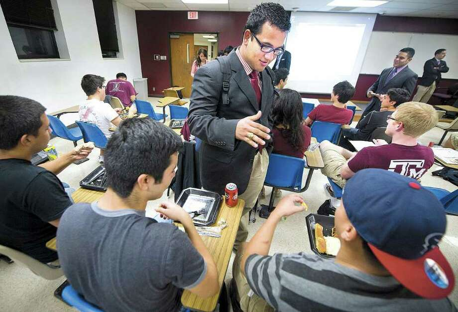 Con o sin papeles, José Luis Zelaya, estudiante de posgrado de Texas A&M, saluda a sus compañeros durante su campaña por convertirse en el presidente del cuerpo estudiantil de la universidad. Photo: Stuart Villanueva