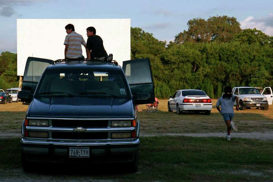 Kids wait for the show at the Mission Drive-In on Aug. 24, 2007. The drive-in re-opened after being vandalized earlier this year. The movie theater opened in March 1948 and is a South Side landmark.  Photo: NICOLE FRUGE, SAN ANTONIO EXPRESS-NEWS / SAN ANTONIO EXPRESS-NEWS